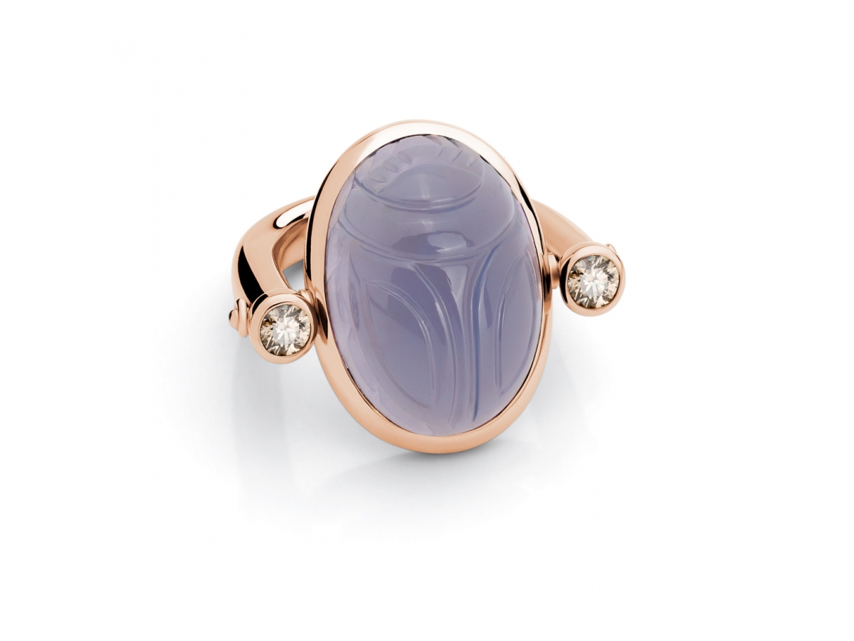Ring Skarabäus 18 Karat Rosègold 11,9 g, 1 Chalcedon 20,87 ct, 2 Brillanten 0,56 ct LB/VS
